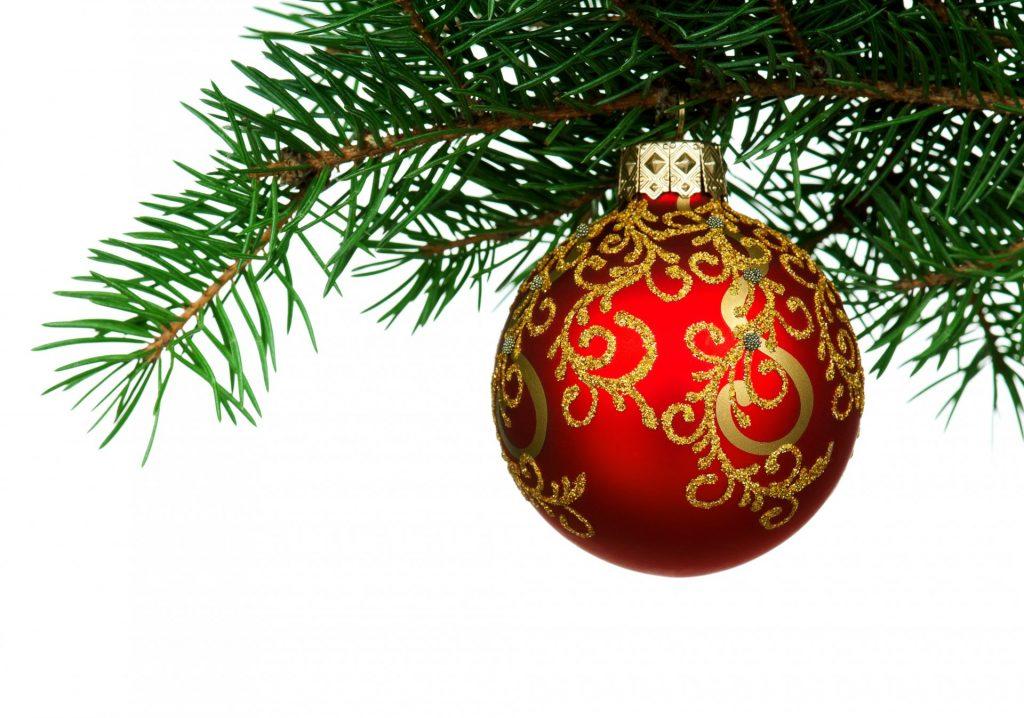 Красный шар на елке