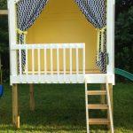 Фото 29: Простой игровой домик на сваях с занавеской
