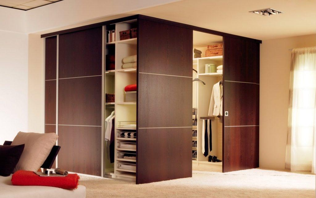 Раздвижные двери или купе гардеробной
