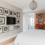 Фото 27: Телевизор на стене в интерьере белой спальни