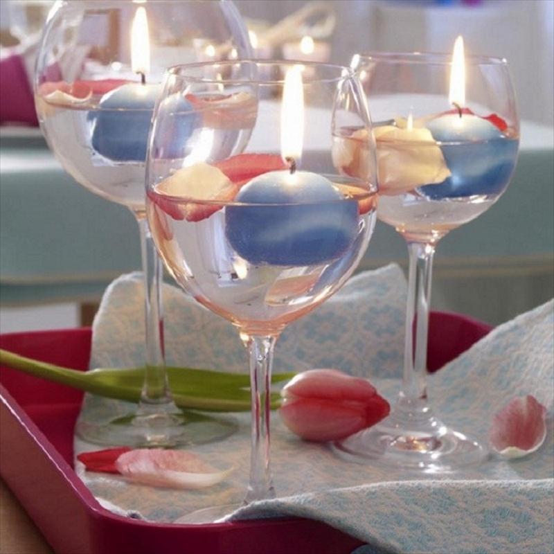 Плавающие свечи в подсвечниках из бокалов