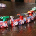 Фото 33: Сладкий паровозик из конфет на Новый Год