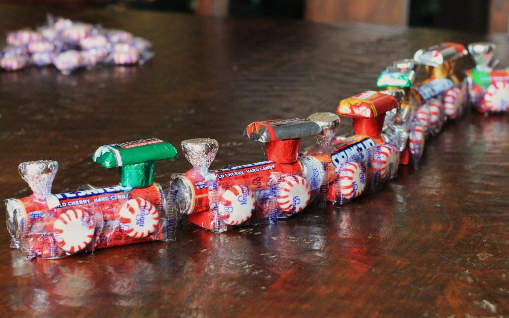 Сладкий паровозик из конфет на Новый Год