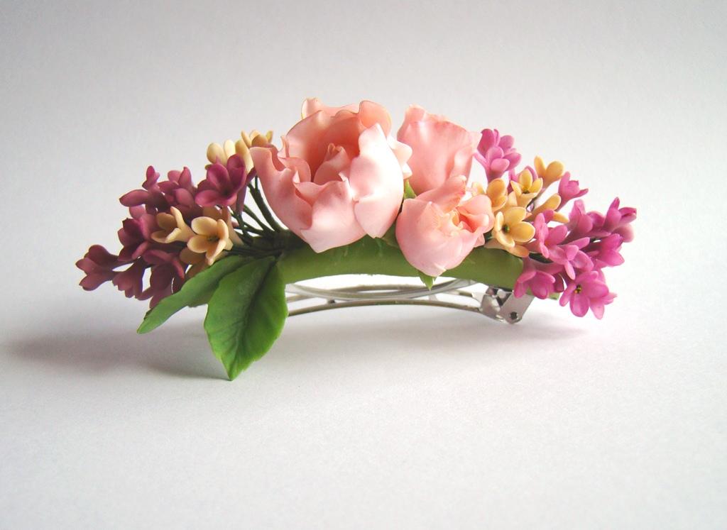 Заколка из фрезий и роз