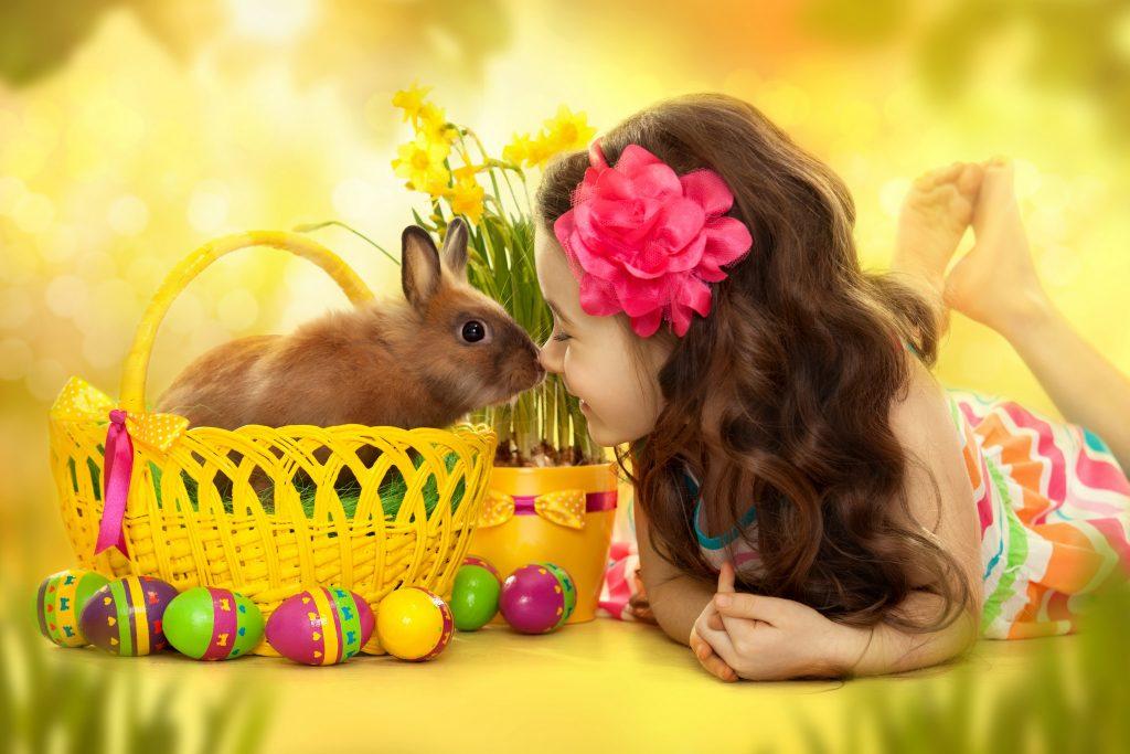 Пасхальный кролик с корзинкой для яиц