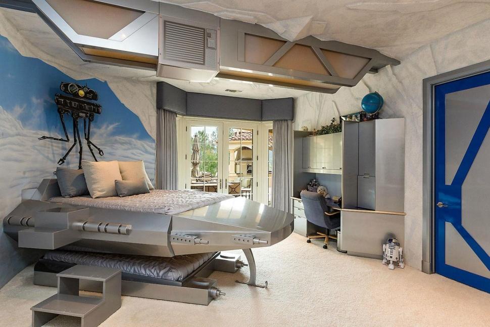 Кровать в стиле космического корабля