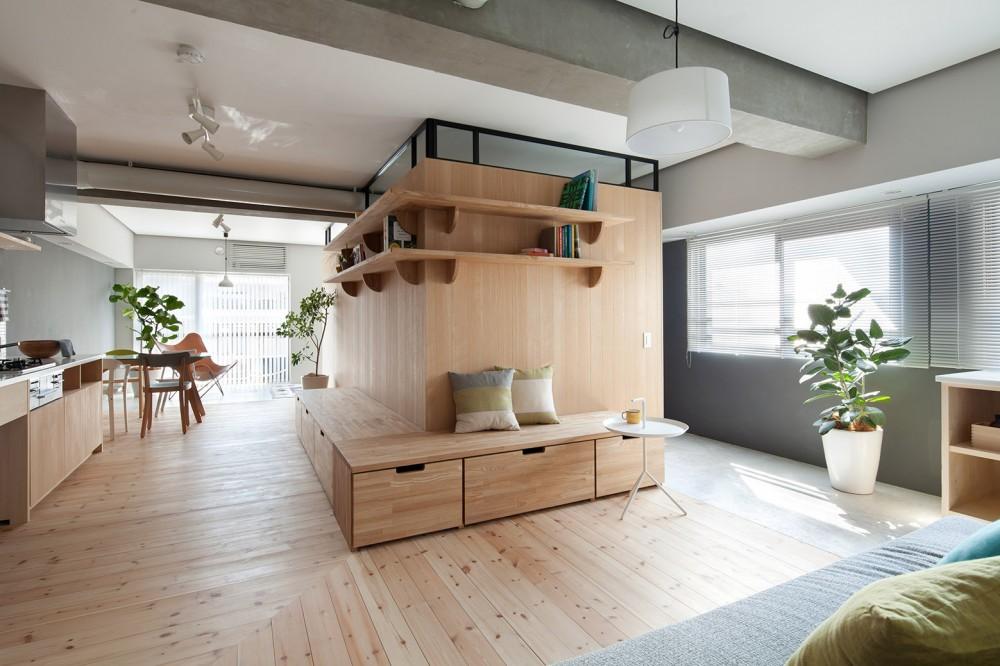 Деревянная мебель и простота в квартире
