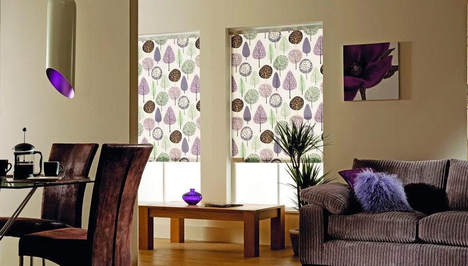 Рулонные шторы с рисунком в гостиной
