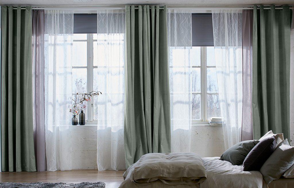 Сочетание рулонных штор в спальне