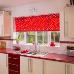 Фото 37: Рулонные шторы в горошек на кухне