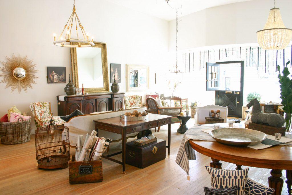 Винтажная мебель в интерьере гостиной