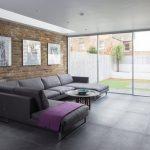 Фото 15: Серый диван в интерьере гостиной