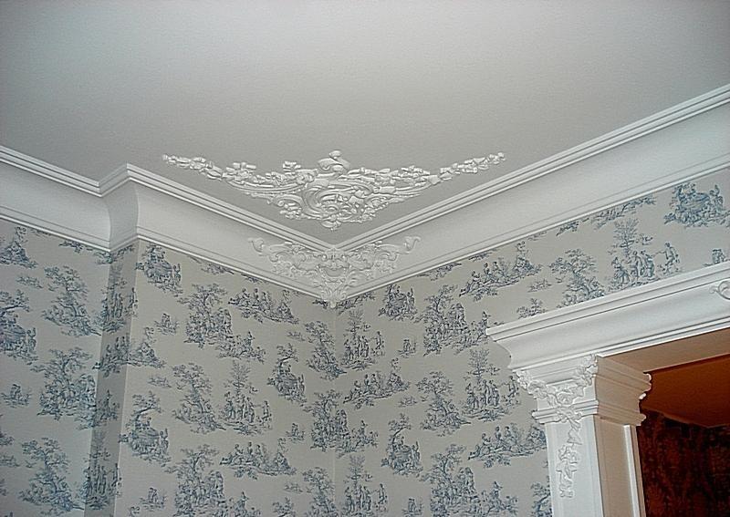 Идея для оформления потолка плинтусом