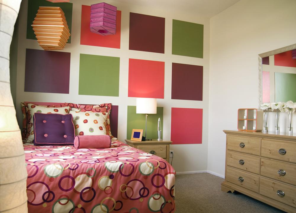 Покраска стен разноцветными квадратиками
