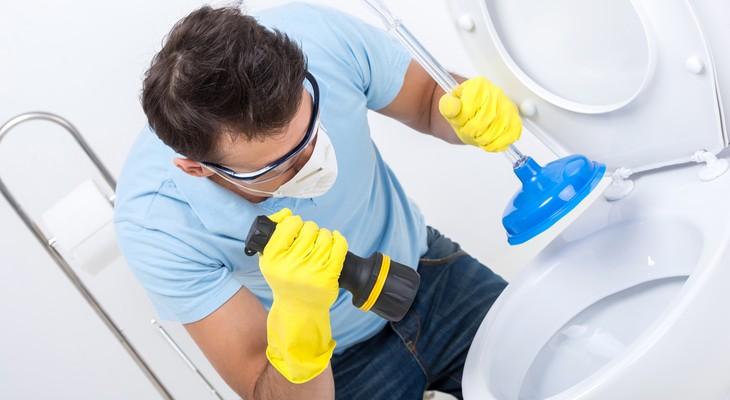 Правильно чистим засорившийся унитаз