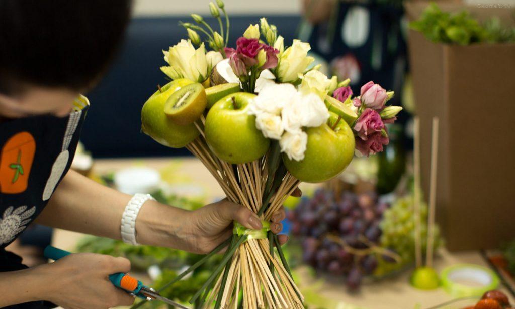 Оформление праздничного фруктового букета