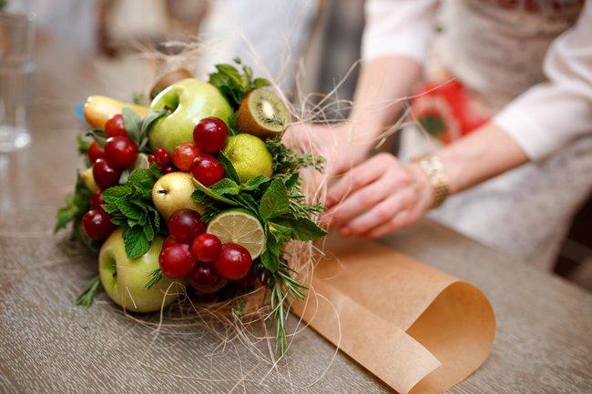 Букет из фруктов и ягод в подарок учителю на 1 сентября