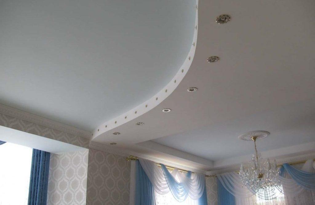 Оформление двухуровневого потолка точечными лампами