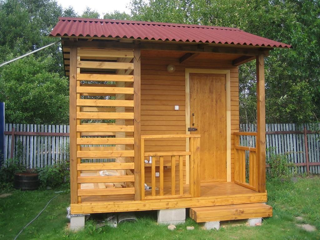 Деревянный домик для душа на даче