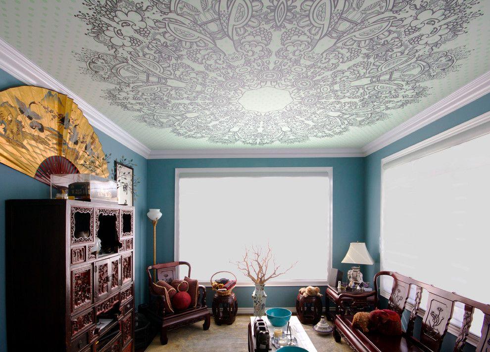 Расписной натяжной потолок в гостиной