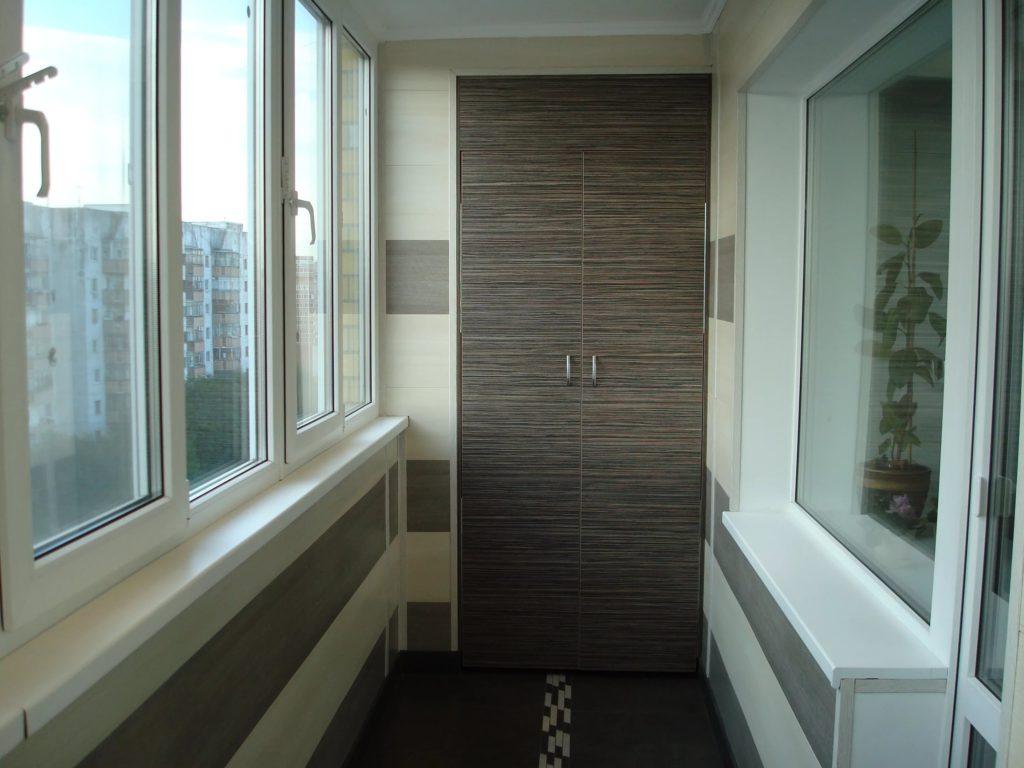 Стильный дизайн балкона с встроенным шкафом