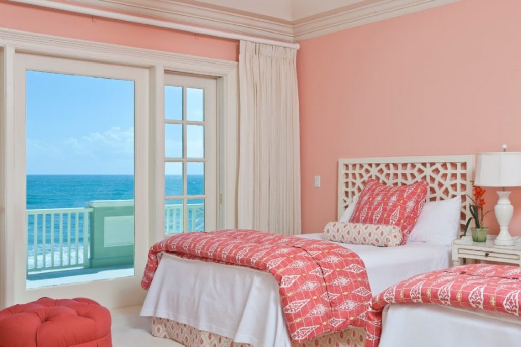 Спальня - стены покрашены водоэмульсионной краской