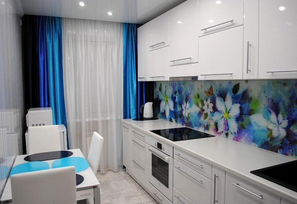 С синими цветами стеклянный фартук на кухню
