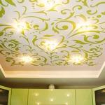 Фото 19: Потолок с зеленой росписью