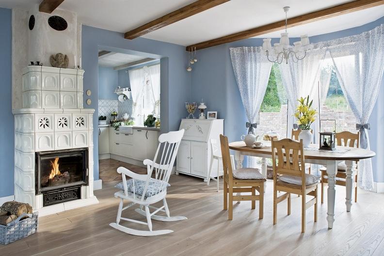 Светлая и просторная кухня в стиле кантри