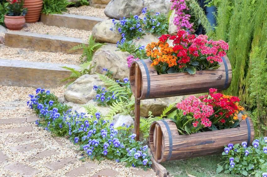 Оформление дачного участка различными цветниками