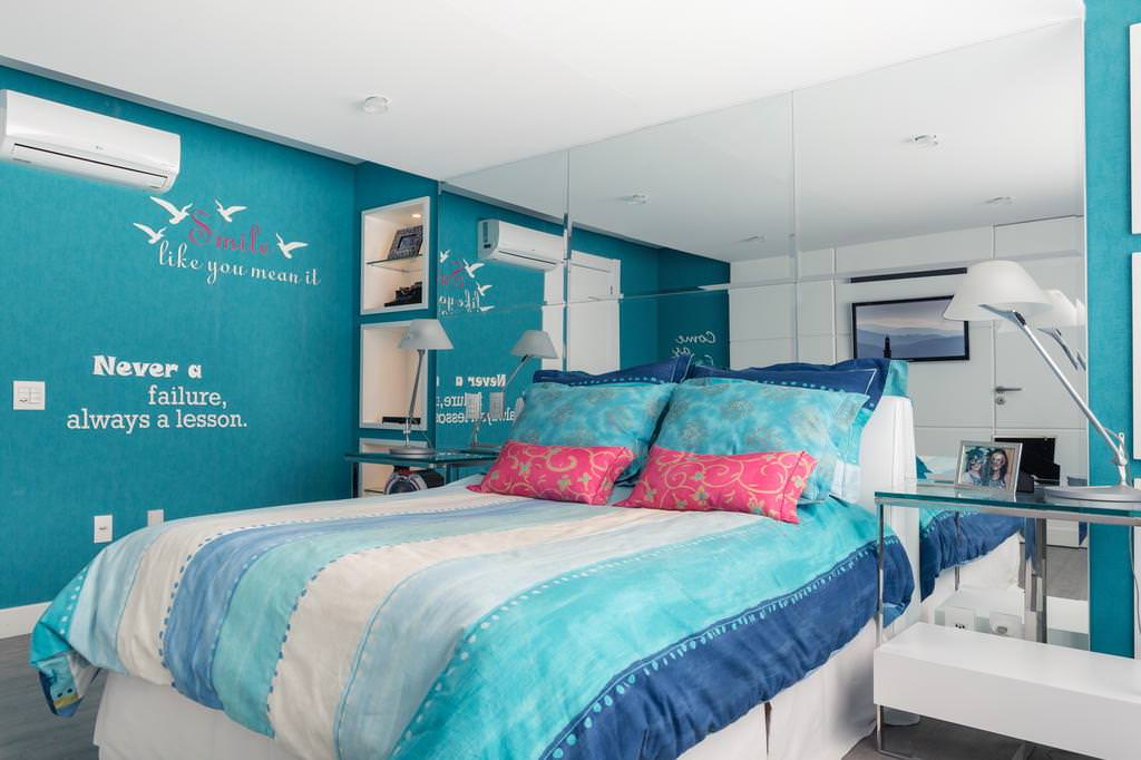 Современный дизайн спальни в сине-зеленой гамме