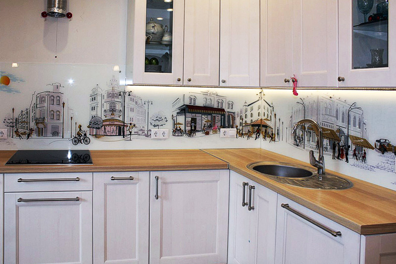 Оригинальный дизайн стеклянного фартука на кухню