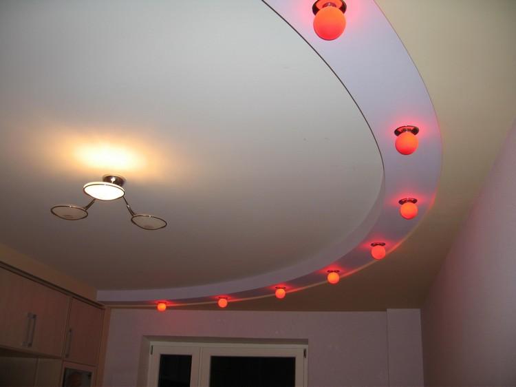 Оформление двухуровневого потолка светильниками