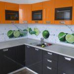 Фото 34: Летняя кухня с дизайнерским оформлением стеклянного фартука
