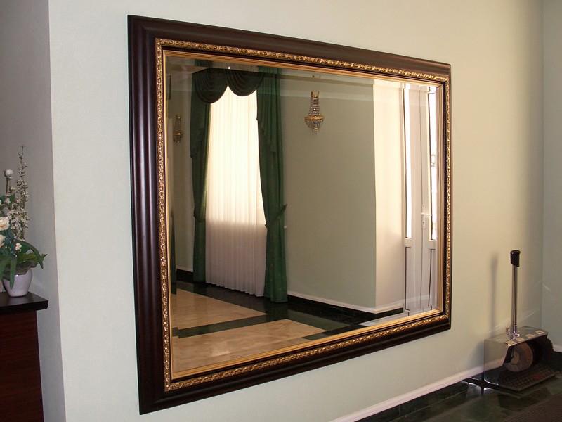 Большое и красивое зеркало в прихожей