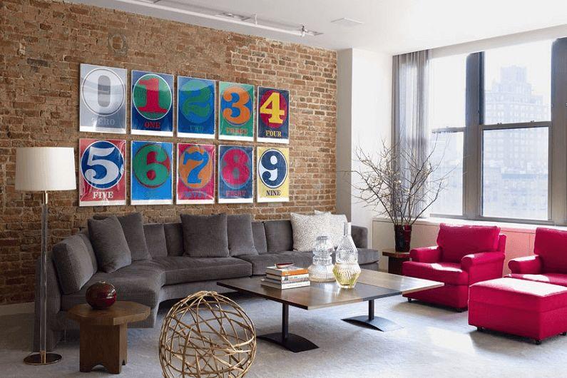 Оформление кирпичной стены в гостиной яркими постерами