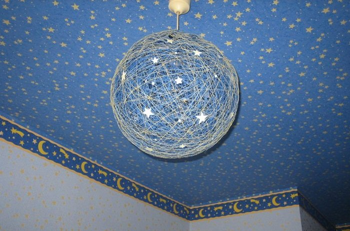Оформление люстры звездами для детской комнаты