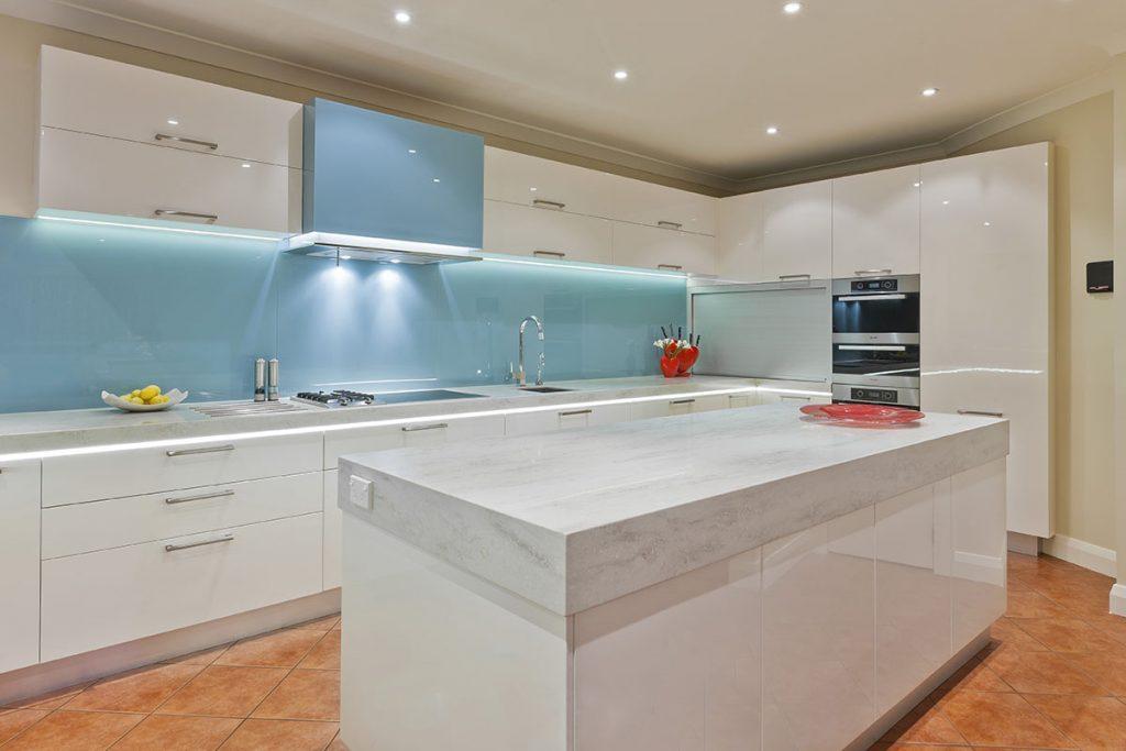 Голубой фартук в интерьере кухни