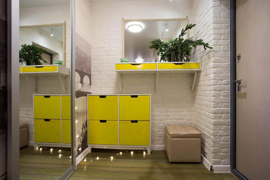 Желтая тумбочка в интерьере современной прихожей