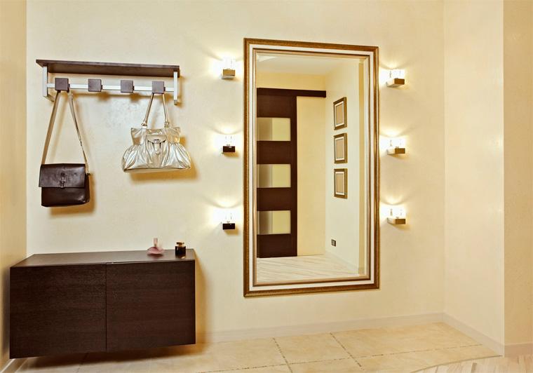 Зеркальная подсветка в интерьере прихожей