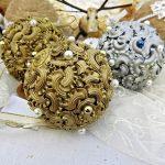 Фото 99: Декор новогодних шаров из макарон и бусин