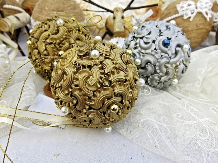 Декор новогодних шаров из макарон и бусин