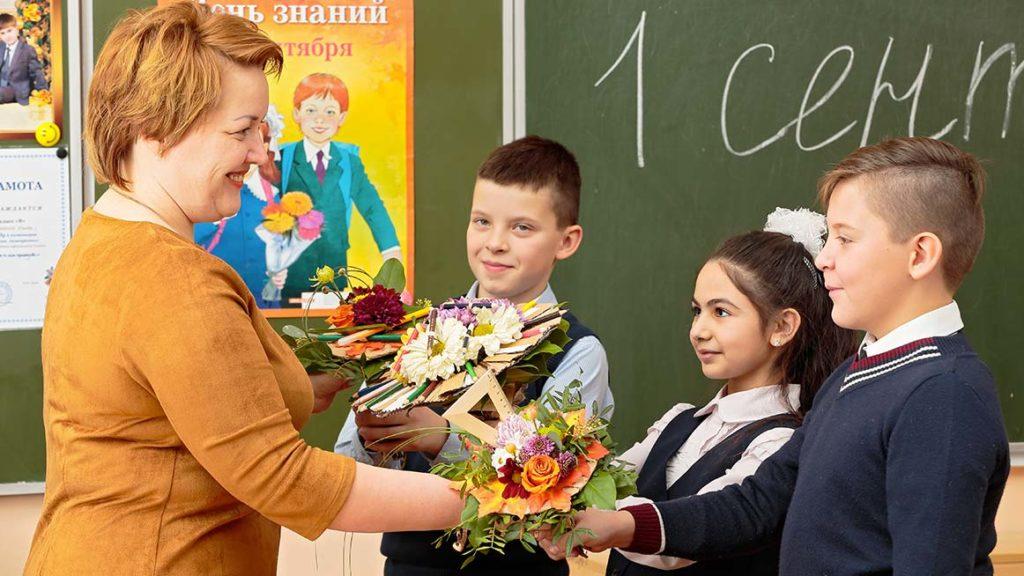 Ученики дарят учителю букеты