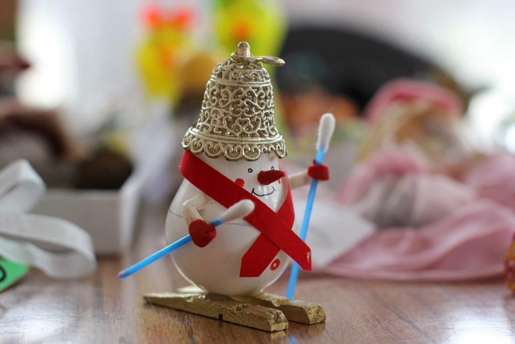 Поделка снеговик на лыжах из лампочки