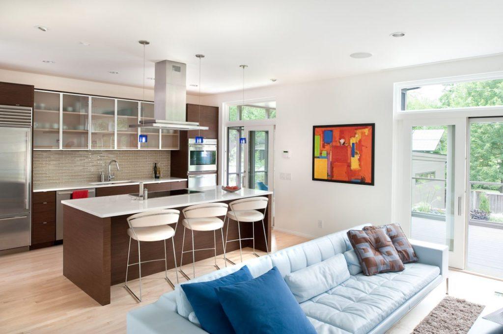 Яркие акценты в интерьере гостиной, совмещенной с кухней