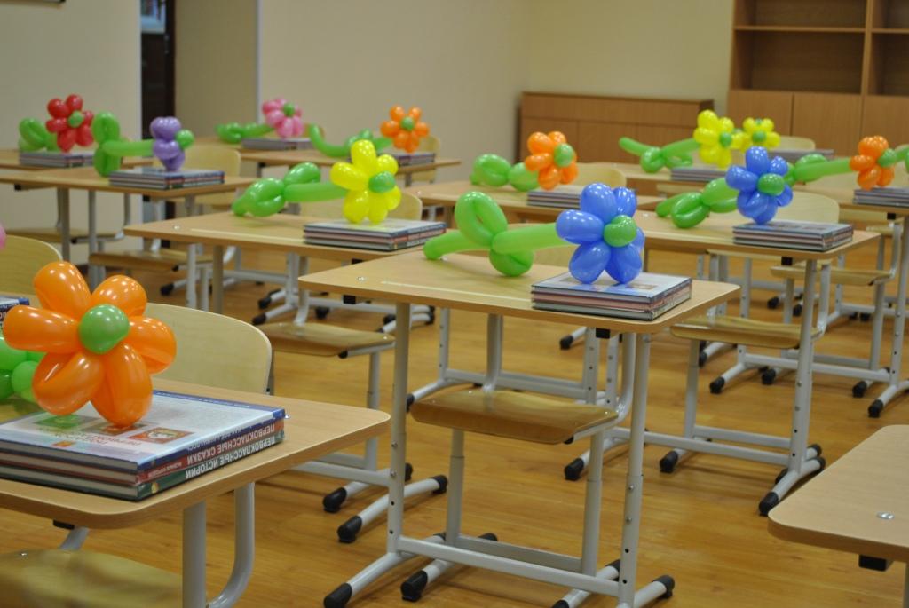 Украшение парт цветками из шариков