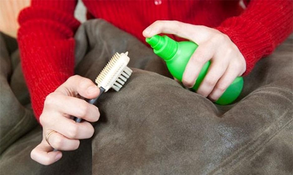 Чистить одежду щеткой