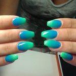 Фото 139: Омбре зелено–голубое для ногтей