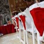 Фото 80: Украшение стульев колпаками Санты