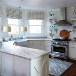 Фото 2: Белая кухня с эркером